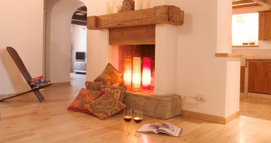 pavimento-legno-interno-moderno-caminetto